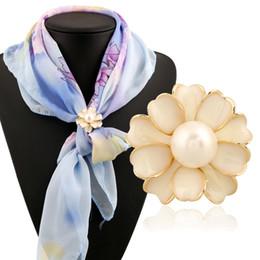 Deutschland Heiße verkaufende Europa-Edelstein Schal Schnalle Broschen für Frauen-Damen Silber Gold überzogener Art und Weise Rhinestone-Perlen-Blumen-Hijab Schal Schnallen Versorgung