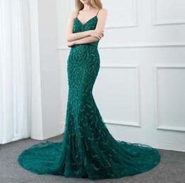 Vestito di smeraldo verde da promenade bordante online-Prom Dress Couture Emerald cinghie verdi abito da sera lungo 2019 Sparkly di cristallo perline maniche abito di sera Concorso Backless partito