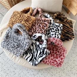 Meninas bolsas de pelúcia on-line-Ombro Inverno Plush Leopard saco da forma Mulheres Meninas Leopard Messenger Bag Bolsa de Metal Cadeia 7 Cor HHA1031