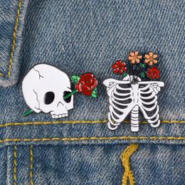 spilla fiore spilla smalto Sconti spille di design di lusso Skull and Rose designer Spilla Skeleton Flower Badge Spilla Pins gioielli smaltati Giacca broche vs spilla di strass