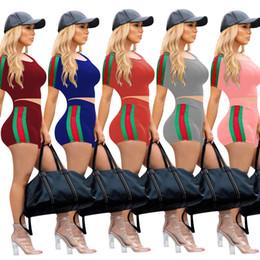 Argentina Verano Mujer Marca Chándal Diseñador Pantalones cortos de dos piezas Conjunto Franja lateral Cinta de impresión Manga corta Crop Top Hot Pants Set Rosa Gris Rojo Suministro