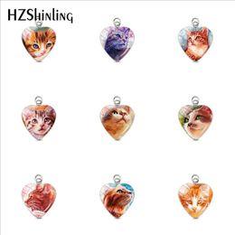 2020 pinturas de gatitos Gatos encantadores Pinturas de gatitos Pequeños encantos chapados en acero inoxidable con forma de corazón Cúpula de vidrio artesanal Colgantes de corazón Accesorio rebajas pinturas de gatitos