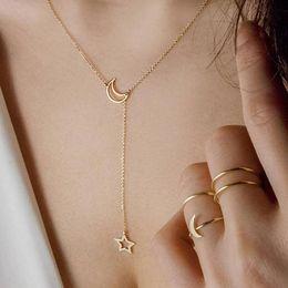 c0f0be10c6ec Lo nuevo caliente de moda doble collares estrella y luna colgante  gargantillas collares cadena de clavícula corta para las mujeres regalo de  la joyería