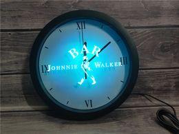2019 panneau marcheur 0A439 Bar à vins Johnnie Walker Whisky APP Horloge murale RGB 5050 LED Signes Horloge murale panneau marcheur pas cher