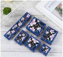 colar de pingente sakura Desconto [DDisplay] Clássico Rosa Sakura Azul Caixa De Embalagem De Jóias para Colar, Glamour Anel Caixa De Armazenamento, presente Romântico Pingente Pulseira de Embalagem