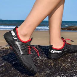 e0e56acb2 Zapatos para agua Zapatos anchos para pies descalzos Calcetines de Aqua de  secado rápido Nadar Surf Zapatos para piscinas Senderismo Hombres Mujeres