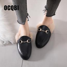 Chaussures de marque plush en Ligne-Plus la taille 40 41 42 43 Classique De Luxe Furry Mules Femmes Slip On Fourrure Pantoufles Marque Boucle Fluffy Diapositives Dames Court En Peluche Chaussures
