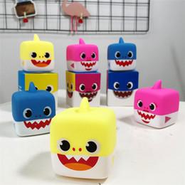 Baby Shark Cube Bath LED Водонепроницаемая игрушка Baby Shark Music Sing куклы Baby Shark Bath Игрушка с коробкой цвета детские игрушки SS148 от Поставщики кабельная одежда