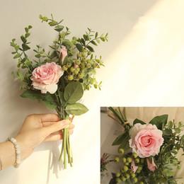 bayas de rosas Rebajas Nuevo Eucalipto Hecho A Mano + rosas + bayas Paquete de Flores Artificiales Para el Hogar Decoración de Boda Falsas Flores de Mano Nupcial Flores