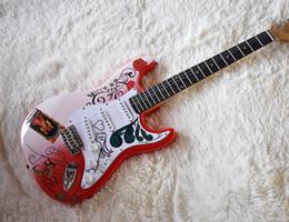 Guitare électrique avec motifs floraux rouges et roses, quincaillerie chromée, bouclier blanc et service personnalisé ? partir de fabricateur