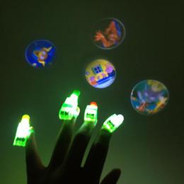 2019 collegare l'altoparlante Brillare dito proiezione LED luce della novità Mini Light Emitting Magic Toy illuminazione elettrica a mano Lampada Halloween Anello Led Rave all'ingrosso