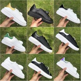 2019 moda clássica casual sapatos masculinos Alexander McQueen Sapatos de grife 3 M Plataforma Reflexiva Clássico Moda Triplo Branco Preto Dos Homens Das Mulheres Flats Lover Party Sapatos Casuais 36-44 moda clássica casual sapatos masculinos barato