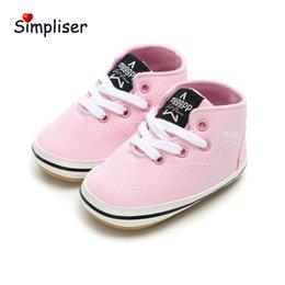Zapatillas de lona rosa bebé online-Bebés de los muchachos zapatillas de deporte de 2019 nuevo zapatos infantiles antideslizantes cuna Sole primeros caminante Rosa Rojo Negro zapatos de lona