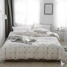 Lenço de cama duplo branco on-line-2019 INS Simples Corações Vermelhos Branco Capa Capa de Edredão Set Set Lençóis de Algodão Lençóis de Cama Queen Size Rei Queen Folha Plana Fitted
