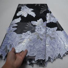 2019 tecido flor preta 3d Branco E Preto Applique 3D Lace Africano Organza Tecido de Renda Com Lantejoulas Bordados Tecido de Renda Africano Com Flor LP30 tecido flor preta 3d barato