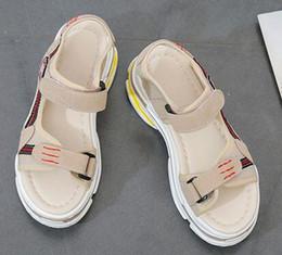 Zapatos de muffin coreano online-Sandalias Mujer 2019 Nuevo Verano Versión Coreana Baitao Zapatos de Muffin de Suela Gruesa Soft Girls Ocio Deportes Papá Sand Sand Shoes Women