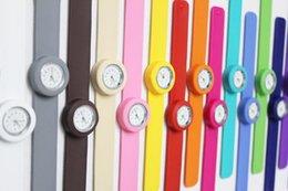 Slap watch multicolor online-Freie Verschiffen neue Kinder sortieren Klapsuhrmehrfarbenkindquarzuhrgeschenkromanart und weiseuhren DHL UPS TNT FedEx freies Verschiffen