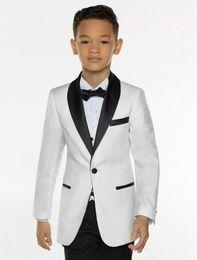 giacca bianca nera pantaloni smoking smoking Sconti White Boys Tuxedo Ragazzi Cena Suits 3 pezzi ragazzi neri scialle risvolto formale Tuxedo Suit per i bambini smoking per Jacket Wedding Party + Pants + Vest