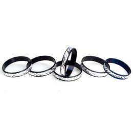 Jóias homens de alumínio on-line-Bluk 100 Pcs Moda Escultura Anéis De Alumínio Cor Preta Para As Mulheres Homens Anel de Dedo Tamanho 17-19mm Jóias