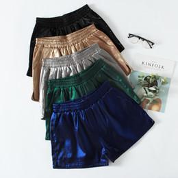 Pantalones ajustados de satén online-Pantalones cortos ajustados para mujer de Joker Satin Face Bright Silk Metal Slimy Pantalones anchos de piernas cortas Pantalones de cinco colores
