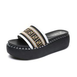 2019 sandalia de fondo plano plataformas F Letters Mujeres Sandalias de diseño Zapatillas Zapatos de plataforma de lujo Zapatos de cuña antideslizantes Zapatos gruesos de fondo plano Zapatilla de moda B81501 sandalia de fondo plano plataformas baratos