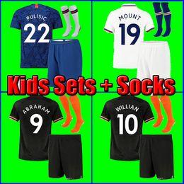 2019 kits criança Chelsea 19 20 ABRAHAM MOUSE PULISIC crianças crianças camisa de futebol camisa de futebol BAKAYOKO Camiseta WILLIAN 2019 2020 KANTE KIDS KIT SETS UNIFORME com meias desconto kits criança