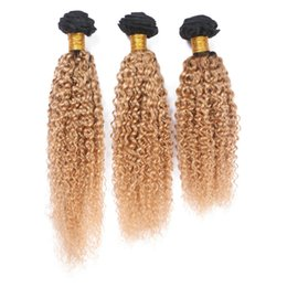3pcs pelo rizo online-Dos tonos 1b 27 Honey Blonde Hair Weaves 3Pcs / Lot Afro Kinkys Curl Extensiones de cabello humano Honey Blonde Ombre Hair Weaves para mujeres