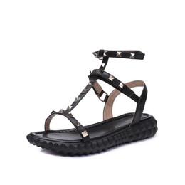 Argentina 2018 Diseñador para mujer Cuero Genuino fiesta plana moda remaches chicas sexy pies descalzos zapatos de boda sandalias de tiras dobles tamaño 35-40 Suministro