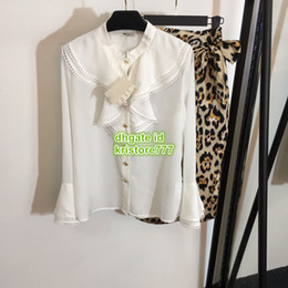Rüsche hochhalsige bluse online-2019 frauen Blazer Rüschen Mit Bogen Aushöhlen Bluse Hochwertiges Rundhals Shirt + Rock Zwei Stücke
