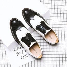 zapatos italianos de cuero vintage Rebajas 2019 Mens Oxfords tallados Zapatos planos vintage Cuero suave Negro Blanco Formal Italiano Artesanía Espectador Zapatos