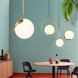 Modern Minimalist Kolye Işık Lamba Nordic Tavan Giyim Dekorasyon Cam Top Lamba Oturma Odası Yatak Odası Yemek Odası için supplier minimalist pendant ceiling lights nereden asgari askılı tavan ışıkları tedarikçiler