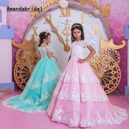 Il bambino progetta il treno online-Amandabridal Pink Blue White Lace Formal Girls Pageant Dresses 2019 Princess A Line Cap Sleeves Sweep Train Bambini Toddler Compleanno Prom Dress
