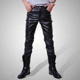 2019 pantalones de cuero para hombre 2018 Hombres Skinny Faux Leather Leisure Black Gold Silver Pu Shiny Pants Singers Club Performance en el escenario Dancer Jeans Plus Q190417 pantalones de cuero para hombre baratos