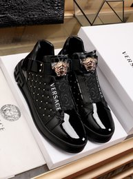 2020 sapatos de gama alta para os homens 2020j high-end personalizado Medusa sapatos altos-top dos homens pequeno tubo esportes sapatos brancos e botas de maré sapatos masculinos de lazer, tamanho: 38-45 sapatos de gama alta para os homens barato