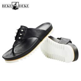 2019 pattini di strada di modo degli uomini di estate British Men Summer Shoes Beach Infradito Street Fashion Rivetti Cow Leather Platform Sandali Design casual Slide sandali all'aperto pattini di strada di modo degli uomini di estate economici