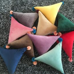 Cuscini di tiro solido online-Cuscino di velluto Ins Solid Triangolo Rettangolo Cuscino Cuscino a sfere Pompon Cuscino per divano Divano Sedia per auto Cuscini decorativi per la casa GGA2437