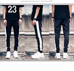 2019 costumi strisce bianche nere 2019 Nuovi abiti da uomo Hair Stylist moda collisione di colore strisce bianche e nere pantaloni casual più costumi di dimensioni 27-44 sconti costumi strisce bianche nere