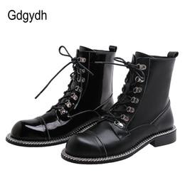 Gdgydh Gothic Schuhe Schwarz Motorrad Stiefel Punk echtes Leder Frauen Mode Kette Lackleder Low Heel Lace up Tropfen Schiff