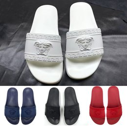 Sandalias antideslizantes para hombre de cuero online-Nuevas sandalias de diseño para hombre Causal Caucho Summer Gear Bottoms Zapatillas antideslizantes Mocasines Planos Diseñador de cuero Diapositivas Tamaño 36-45