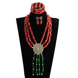 Collar colgante de coral rojo online-Collar de perlas de coral rojo y verde Conjuntos de joyas Colgante largo Accesorios de regalo de joyería de la boda Novias collar Set CG079