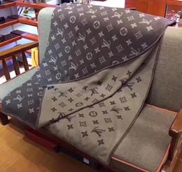 Объем продаж онлайн-Горячие продажи люксовый бренд шарф женщины одеяло кашемир толстый шарф классический письмо дизайн зимний шарф для женщин без коробки AQ77