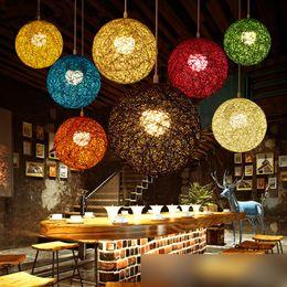 2019 luminária de ferro escada Criativa personalidade Lâmpadas Pingente colorido restaurante bar café Lâmpadas Rattan campo Pasta Bola E27 droplight por EMS