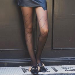 calcetines amarillos de niña Rebajas Negro calcetines otoño e invierno, nueva marea Inglés alfabeto Bottompants, Piel personalizada de corte informal de calcetines de seda