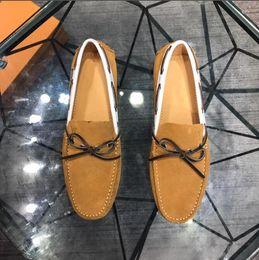 Promosyon Yeni 2019 bahar Erkekler Kadife Loafer'lar Parti düğün Ayakkabı Avrupa Tarzı Işlemeli Siyah mavi Kadife Terlik Sürüş moccasins LV001 nereden
