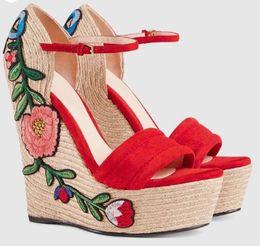 2019 cunei piattaformi neri estate ricamati sandali in camoscio con zeppa punta aperta sandali scarpe espadrille applique del fiore nero rosso tacchi alti cunei piattaformi neri economici