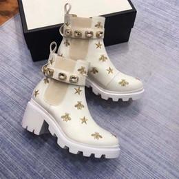 bottes courtes en daim Promotion Bottes courtes pour dames des marques de luxe 2018 du designer Chaussures pour femmes Bottes pour femmes à talons hauts avec boucles en métal Bottes mode banquet en cuir