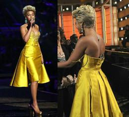 Короткое платье из желтого золота онлайн-Beyonce Красный Ковер Платья-Line Золото Желтый Короткие Платья Выпускного Вечера Длиной До Колен Милая Дешевые Коктейльные Платья С Бисером Платья