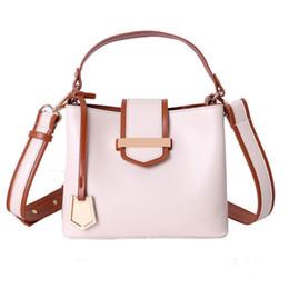 Tienda hermosa online-Buena calidad Bolsos de cuero de las mujeres Bolsos de hombro del cubo negro Cross Body Messenger Bags Mujer Hermosa Totes de compras Bolsa