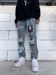 Мальчики залатанные джинсы онлайн-Spring Mens Patch Hole Jeans Letter Printed Applique Fashion Male Trousers Reflective Zipper Fly Solid Boys Streetwears