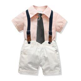 77977e79eeef2 Enfants Ensembles Garçon Coton Chemises Avec Des Salopettes Blanches D'été  Mode Gentleman Tenues 2019 Bébé Casual Ensembles Angleterre style vêtements  en ...